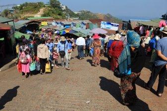 sur le site du fameux rocher d'or (Golden Rock) au Myanmar - l'autre ailleurs au Myanmar (Birmanie) et Thaïlande, une autre idée du voyage