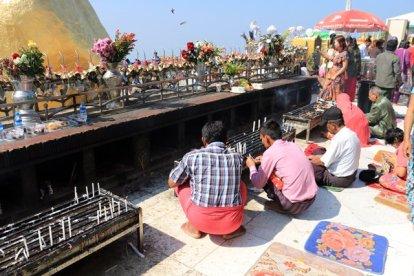prières sur le site du fameux rocher d'or (Golden Rock) au Myanmar - l'autre ailleurs au Myanmar (Birmanie) et Thaïlande, une autre idée du voyage