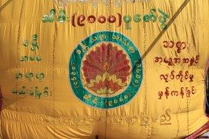 drapeau sur le site du fameux rocher d'or (Golden Rock) au Myanmar - l'autre ailleurs au Myanmar (Birmanie) et Thaïlande, une autre idée du voyage