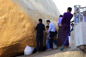 les hommes seulement peuvent déposent des feuilles d'or sur le fameux rocher d'or (Golden Rock) au Myanmar - l'autre ailleurs au Myanmar (Birmanie) et Thaïlande, une autre idée du voyage