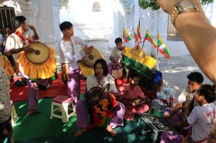 Musique et chants à Kuthodaw Pagoda à Mandalay - l'autre ailleurs au Myanmar (Birmanie) et Thaïlande, une autre idée du voyage