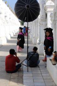 Poses photos à Kuthodaw Pagoda à Mandalay - l'autre ailleurs au Myanmar (Birmanie) et Thaïlande, une autre idée du voyage