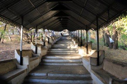 Et en avant pour monter les 1700 pour arriver au sommet de Mandalay Hill - l'autre ailleurs au Myanmar (Birmanie) et Thaïlande, une autre idée du voyage