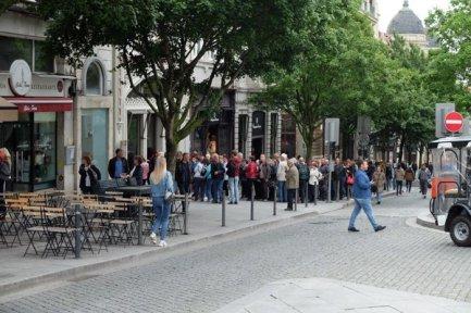La queue pour entrer dans la fameuse librairie Lello - l'autre ailleurs à Porto, une autre idée du voyage