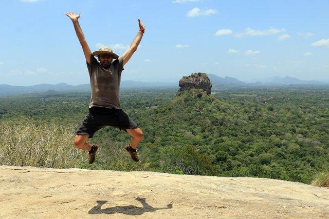 en haut du roc Pidurangala à Sigyria, vue sur le roc du Lion- l'autre ailleurs au Sri-Lanka, une autre idée du voyage