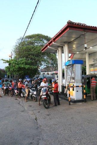 on fait le plein dans les rues de la partie ville moderne de Galle - l'autre ailleurs au Sri-Lanka, une autre idée du voyage