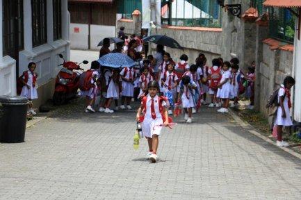 sortie de l'école dans la partie vieille ville de Galle - l'autre ailleurs au Sri-Lanka, une autre idée du voyage