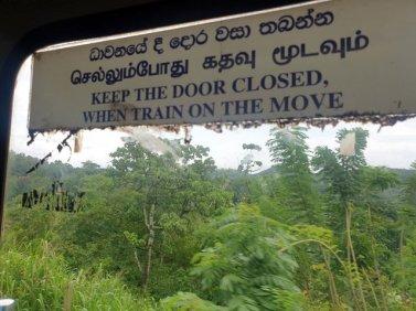 porte fermée depuis le train de Colombo à Kandy - l'autre ailleurs au Sri-Lanka, une autre idée du voyage