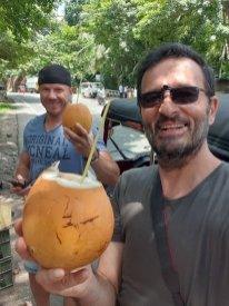 avec Alex ,pause coco, sur la route pour aller voir les éléphants, depuis Kandy - l'autre ailleurs au Sri-Lanka, une autre idée du voyage
