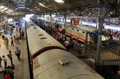au départ du train pour Kandy, dans la gare de Colombo - l'autre ailleurs au Sri-Lanka, une autre idée du voyage