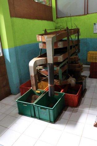 la machine à trier le thé dans l'usine de thé, Kadugannawa/Geragama, tout près de Kandy - l'autre ailleurs au Sri-Lanka, une autre idée du voyage