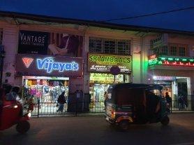 le soir dans la rue principale de Nuwara Elyia - l'autre ailleurs au Sri-Lanka, une autre idée du voyage