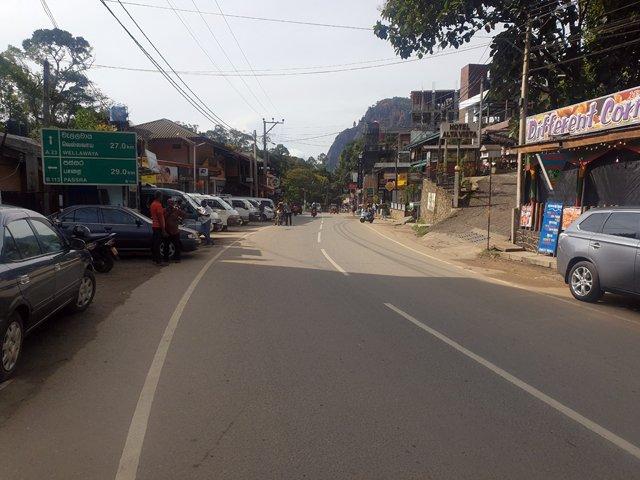 dans la rue principale d'Ella - l'autre ailleurs au Sri-Lanka, une autre idée du voyage