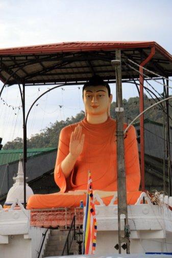 un Bouddha à l'entrée de la ville de Nuwara Elyia - l'autre ailleurs au Sri-Lanka, une autre idée du voyage