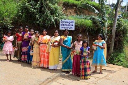 femmes allant à une cérémonie hindoue, près de Nuwara Elyia - l'autre ailleurs au Sri-Lanka, une autre idée du voyage