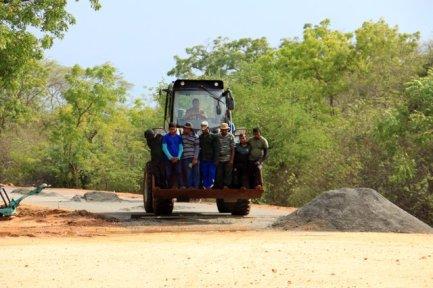 ouvriers sur le site archéologique de Polonnâruvâ - l'autre ailleurs au Sri-Lanka, une autre idée du voyage