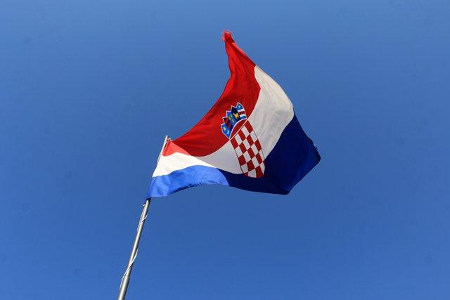 le drapeau de la Croatie depuis les remparts de la vieille ville de Dubrovnik - l'autre ailleurs en Croatie, une autre idée du voyage