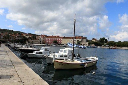 dans le port de Supetar sur l'île de Brač - l'autre ailleurs en Croatie, une autre idée du voyage