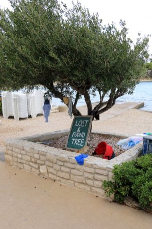 l'arbre des objets trouvés à Supetar sur l'île de Brač - l'autre ailleurs en Croatie, une autre idée du voyage