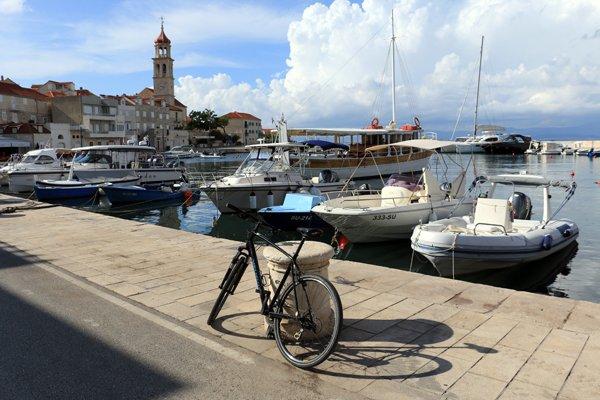 en vélo dans un petit port pas très loin Supetar sur l'île de Brač - l'autre ailleurs en Croatie, une autre idée du voyage