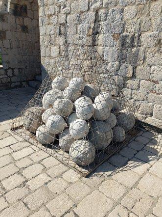 boulets de canon en haut du fort Lovrijenac à Dubrovnik - l'autre ailleurs en Croatie, une autre idée du voyage