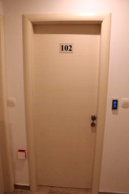 la porte avec digicode de ma chambre (Best Location Apartments) à Split - l'autre ailleurs en Croatie, une autre idée du voyage