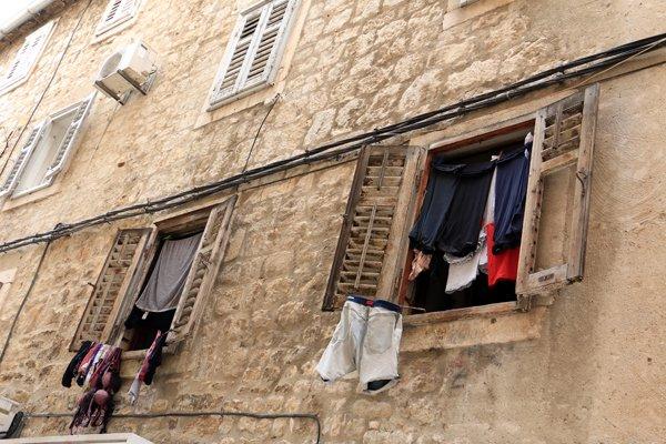 les yeux en l'air, dans la rue à Split - l'autre ailleurs en Croatie, une autre idée du voyage