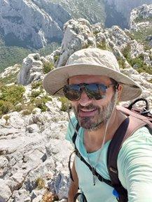 heureux d'être enfin sur le pic de Zoljin dans le parc national de Paklenica - l'autre ailleurs en Croatie, une autre idée du voyage