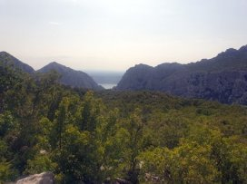 la montagne et au fond la mer dans le parc national de Paklenica - l'autre ailleurs en Croatie, une autre idée du voyage