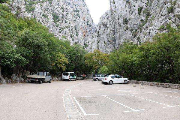 le parking à l'entrée du parc national de Paklenica - l'autre ailleurs en Croatie, une autre idée du voyage