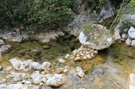 un trop rare rivière dans le parc national de Paklenica - l'autre ailleurs en Croatie, une autre idée du voyage