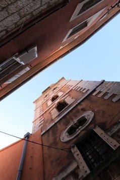 les yeux en l'air dans la rue du centre historique de Zadar - l'autre ailleurs en Croatie, une autre idée du voyage