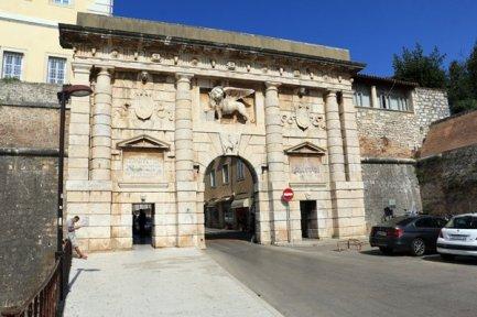 une porte d'entrée de la ville historique de Zadar - l'autre ailleurs en Croatie, une autre idée du voyage