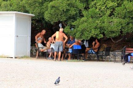 retraités jouant aux cartes près de la plage à Zadar - l'autre ailleurs en Croatie, une autre idée du voyage