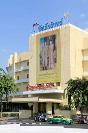 hôtel Royal Palace à Bangkok avec le roi et son épouse en façade - l'autre ailleurs au Myanmar (Birmanie) et Thaïlande, une autre idée du voyage