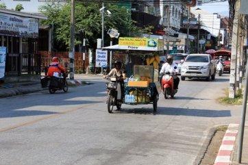 dans une rue de Chiang Mai - l'autre ailleurs au Myanmar (Birmanie) et Thaïlande, une autre idée du voyage