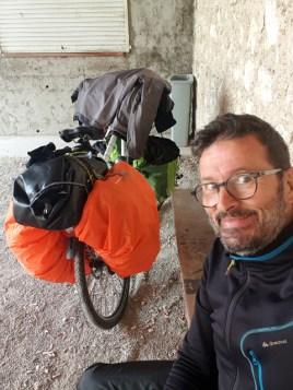 A Lamagistère, j'ai trouvé un abri pour éviter de déjeuner sous la pluie qui m'accompagne aujourd'hui- l'autre ailleurs en Vélo, une autre idée du voyage (www.autre-ailleurs.fr)