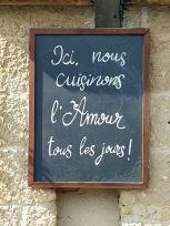 jolie ardoise de restaurant à Bazas (33) - l'autre ailleurs en Vélo, une autre idée du voyage (www.autre-ailleurs.fr)