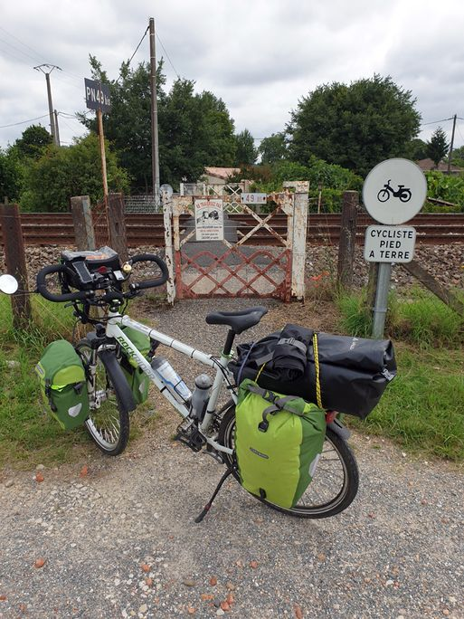 je ne me risquerais pas de traverser les voies, ici à Podensac (33) - l'autre ailleurs en Vélo, une autre idée du voyage (www.autre-ailleurs.fr)