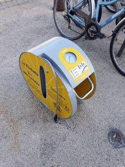 ville du vélo, La Rochelle (17) met à disposition des gonfleurs de pneu pour vélo - l'autre ailleurs en Vélo, une autre idée du voyage (www.autre-ailleurs.fr)