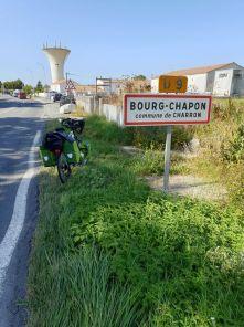 Bourg-Chapon, quel drôle de nom !!!! non seulement on lui a enlevé quelque chose mais en plus on l'.... ;-) - l'autre ailleurs en Vélo, une autre idée du voyage (www.autre-ailleurs.fr)