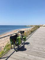 longeant la plage à Bretignolles-sur-Mer (85) - l'autre ailleurs en Vélo, une autre idée du voyage (www.autre-ailleurs.fr)