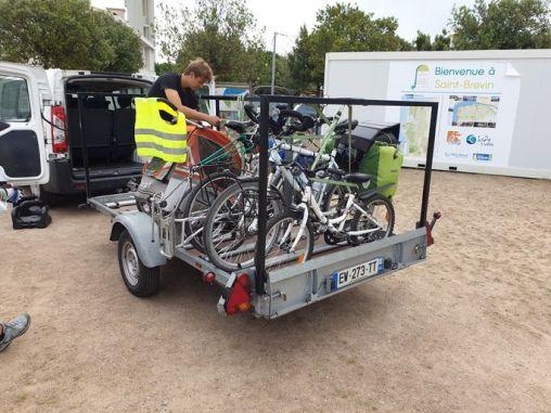 pour traverser le pont de St Nazaire (44), le vélo et son utilisateur embarque à bord d'un mini-bus, service gratuit pour éviter la circulation du pont. Merci le département qui a mis ce service gratuit en place. - l'autre ailleurs en Vélo, une autre idée du voyage (www.autre-ailleurs.fr)