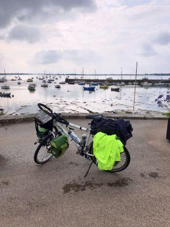 quittant Port-Louis (56) - l'autre ailleurs en Vélo, une autre idée du voyage (www.autre-ailleurs.fr)