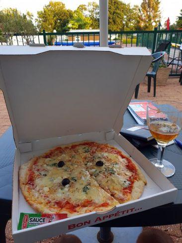 """dans ce super petit camping : """"A l'Abri de l'Océan"""" près de Quimperlé (29) , je dévore une délicieuse pizza - l'autre ailleurs en Vélo, une autre idée du voyage (www.autre-ailleurs.fr)"""