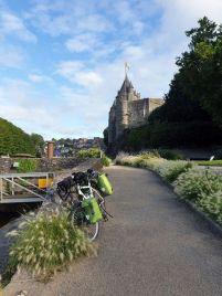 quittant Josselin (56) - l'autre ailleurs en Vélo, une autre idée du voyage (www.autre-ailleurs.fr)