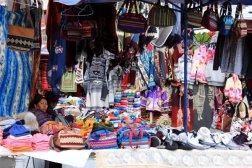 marchands installés sur la plaza de ponchos à Otavalo- l'autre ailleurs
