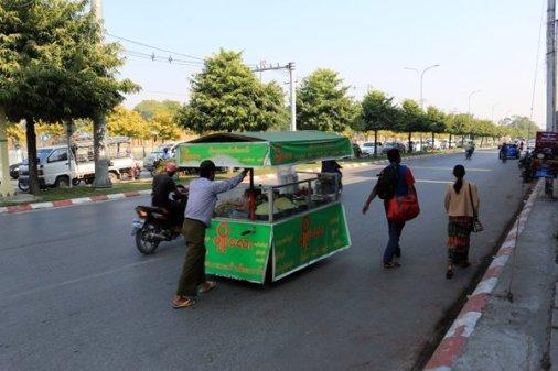 Vendeur ambulant et sa carriole dans la rue à Mandalay au Myanmar - l'autre ailleurs au Myanmar (Birmanie) et Thaïlande, une autre idée du voyage