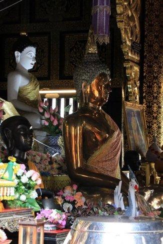 dans un temple à Chiang Mai - l'autre ailleurs au Myanmar (Birmanie) et Thaïlande, une autre idée du voyage