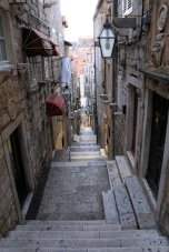 ça monte et ça descend, dans la vieille ville de Dubrovnik - l'autre ailleurs en Croatie, une autre idée du voyage